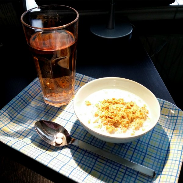 Laktosfri valio mellanmjölk med klassisk start och ett glas jordgubbssaft
