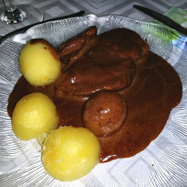 färskpotatis, sås och kyckling till middag