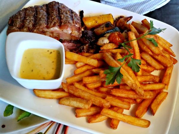 250 g sirloin steak, serverad med Jensen's Chilibéarnaisesås, crispy fries och gourmetgrönsaker