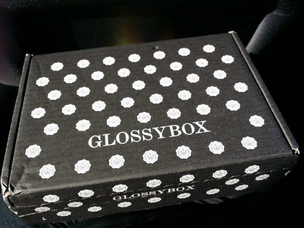 Paket från bubbleroom med glossybox