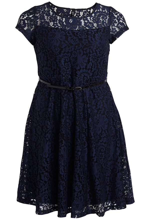 XLNT KLÄNNING Knälång spetsklänning med rundad halsringning och kort ärm. Hällor med lackfärgat bälte i midjan.