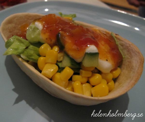 makens kyckling i old el paso tubs med gräddfil, salsa, majs, gurka och sallad