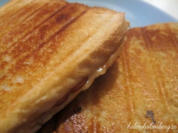 söndags middag varm macka med rökt skinka, gräddig munkens ost och rostebröd