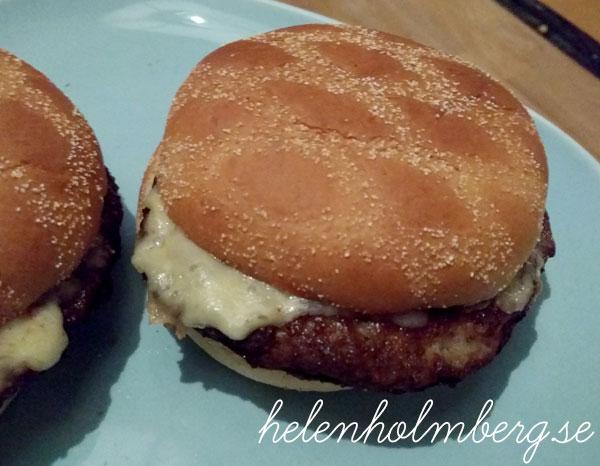 Scan hamburgare i frisco hamburgerbröd med arla ost och rostad lök