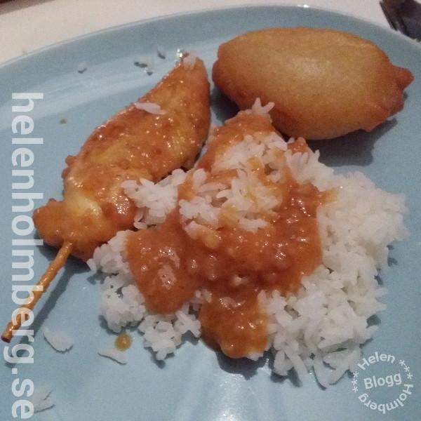 Kycklingspett, friterad kyckling med ris och jordnötssås