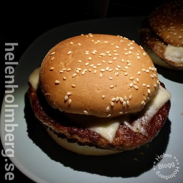 Ost hamburgare i hamburgerbröd