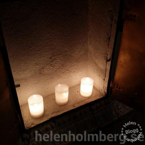 Tända ljus i kakelugnen en kall Lucia kväll