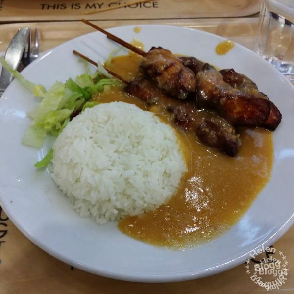 kycklingspett med jordnötssås & ris på Wok Kitchen, Väla köpcentrum