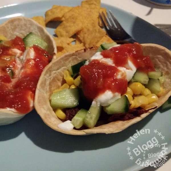 Old el paso tortilla båtar med pulled pork, riven ost, salsa, grönsallad, majs, salsa & gräddfil