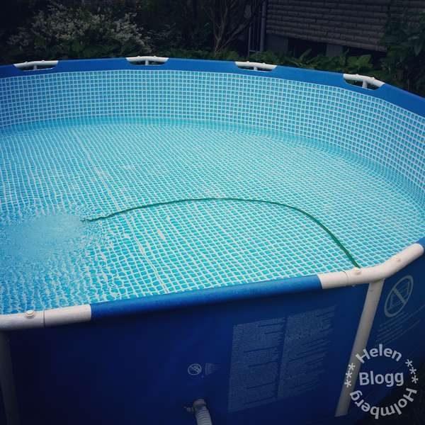 Intex poolen påfylles inför sommarsäsongen