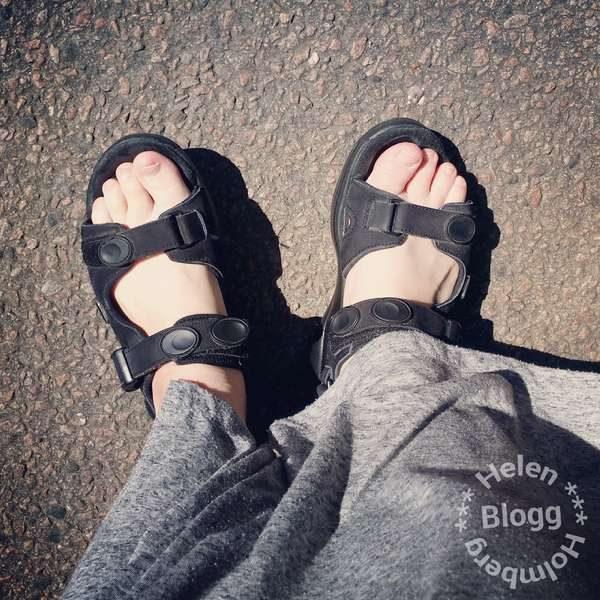 Joya sandaler och grå H&M maxi klänning