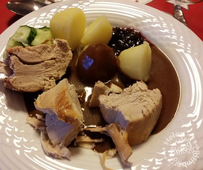 en rejäl portion kalkon med kokt potatis, gurka, sås och gelé