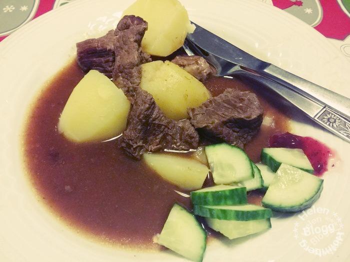 Mammas kalops med kokt potatis, sky, gurka och lingon