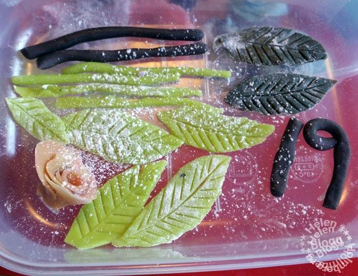 handgjorda marsipanrosor och blad av Odense marcipan