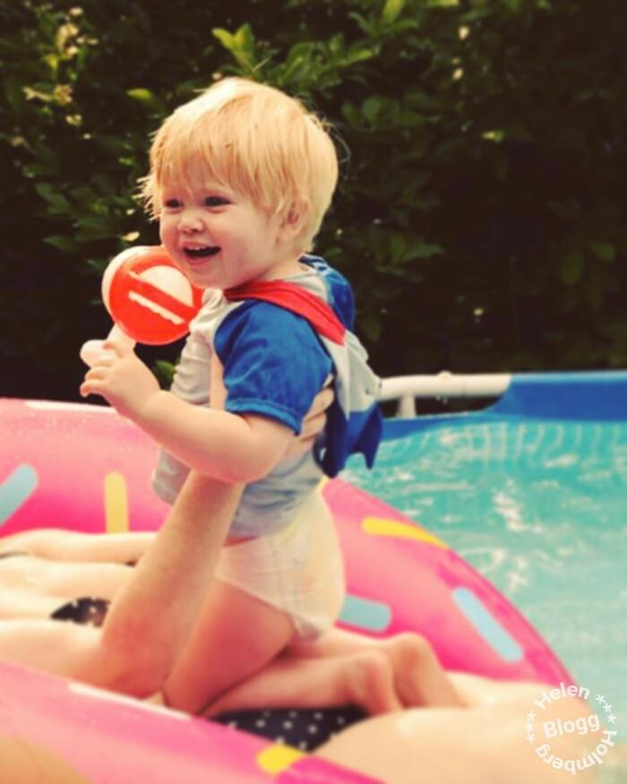 Liten brorsson i poolen för första gången