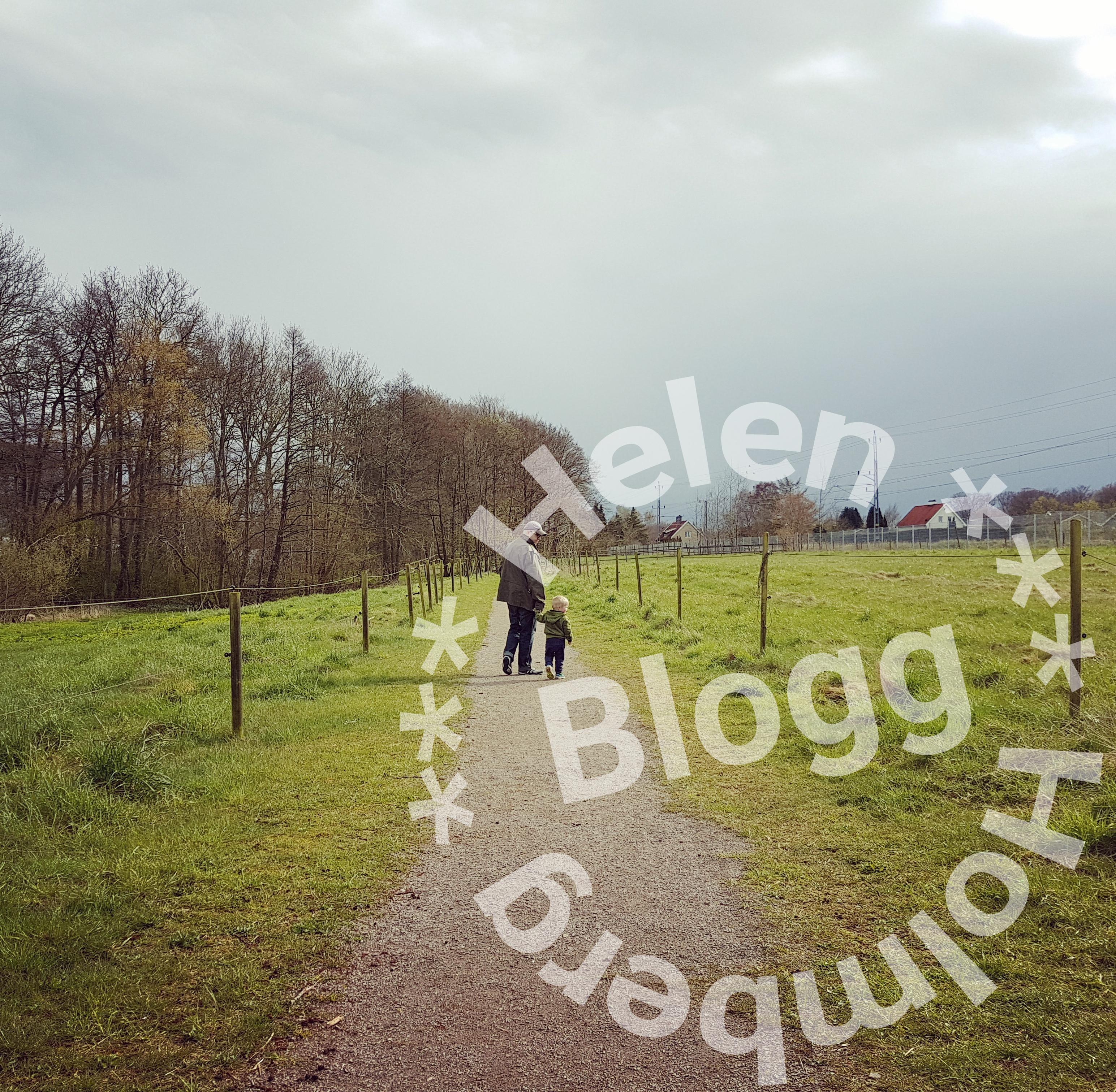 På promenad genom byn med en mini och en lång man