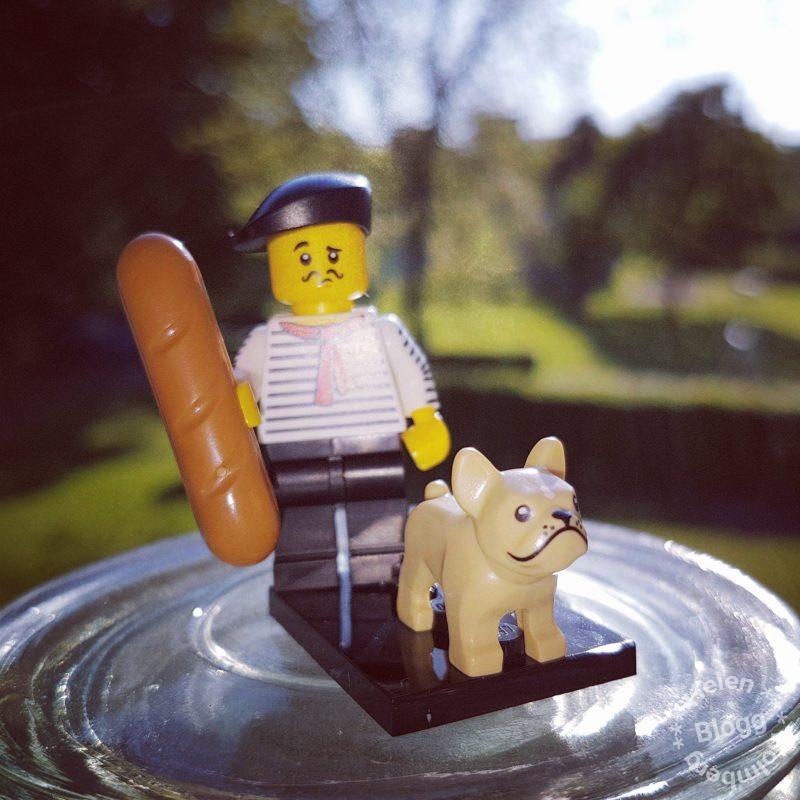 Fransmannen med baguett och fransk bulldog från LEGO serie 17