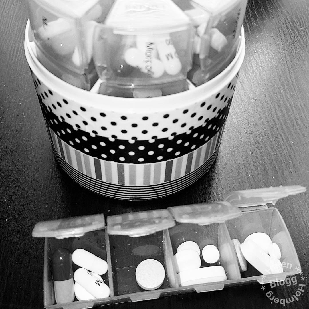 Dosett med mediciner fullmatad för hela veckan