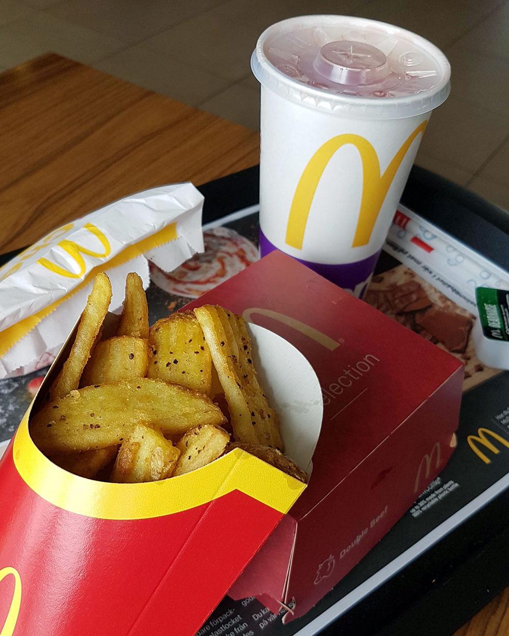 Helen J Holmberg provar McDonalds nya hamburgare McSelection